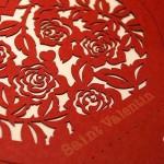 薔薇の模様はレーザーカット、下の英文字はレーザーマーキングで紙の表面を削っています/ 山内理恵作品